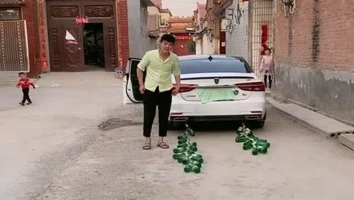 小伙开车惨被整蛊,真是尴尬了,车辆一发动全