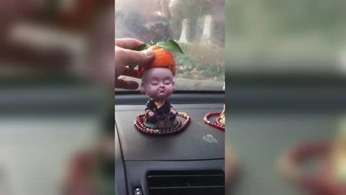 这个视频火了!第一次见这样玩车里的装饰品,太逗了!