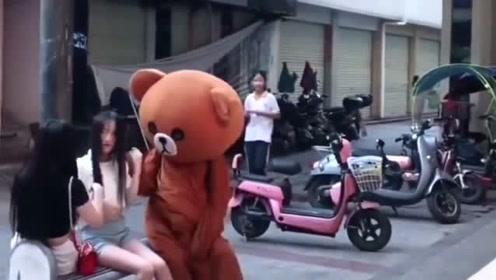 网红熊当街调戏美女小姐姐,竟然还亲上了,被一顿暴揍这下可惨了!