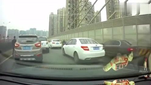 发现前方不对劲,视频车的做法让人挑不出毛病,绝对是多年老司机!