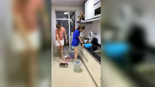 恶搞:老婆做饭三心二意,下次还是我做吧!