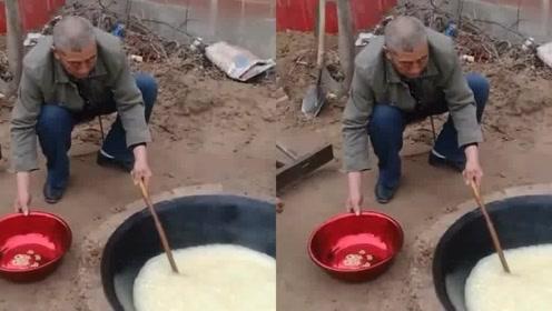 这才是真正的地锅地上挖了一个大坑,看看老大爷在炸什么