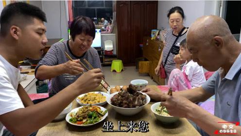 农村庄户人晚饭都吃啥,院子蔬菜现吃现摘,搭配上煮挂面,真香!