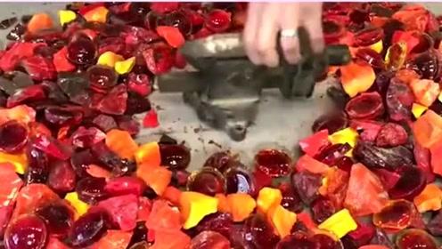 火山边捡来的石头,全部都是这种红颜色的石头,做成桌子真是好看极了