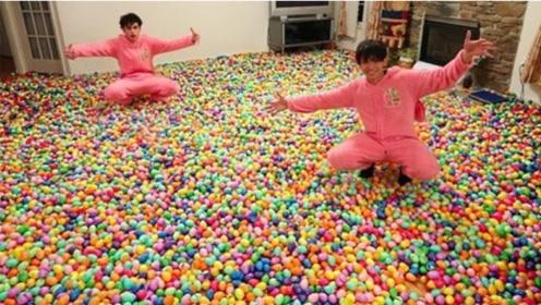 恶搞:熊孩子买10万个小彩蛋,铺满整个客厅,看爸妈反应!