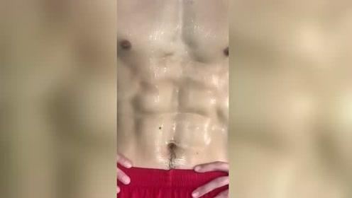 体育生训练后展示了一下身材,你们打几分?