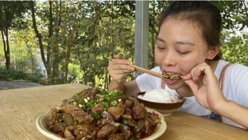 秋妹今天做红烧鸭子,和魔芋一起烧,香辣解馋,下酒又下饭,好吃