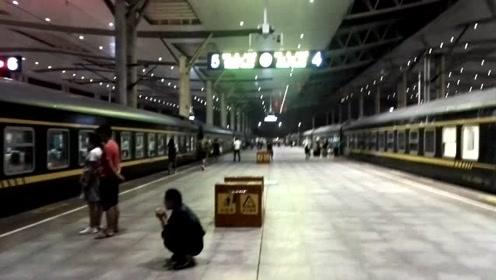 武昌站,夜晚赶火车旅行,匆忙的人啊