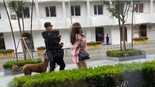 杜江夫妇逛街被偶遇,霍思燕穿着粉嫩大玩下衣失踪,人群中超显眼