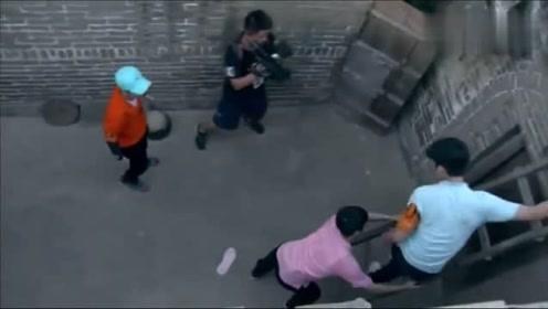 萧敬腾徒手爬墙老帅了,结果王嘉尔在旁边发现了梯子