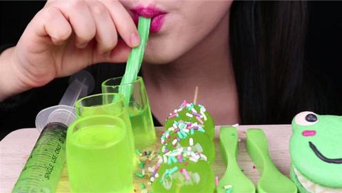 用软糖吸管喝果冻杯子里的奇亚籽果汁,吃货真是一点也不浪费