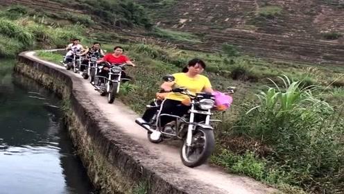山里女汉子太猛了,羊肠小道组队骑摩托,没一个掉队的!