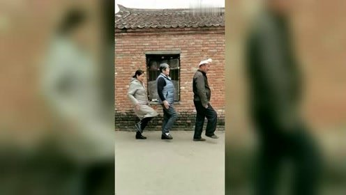 这家人真是太幽默了,婆媳搞笑三人舞!拍视频的哥们太有福气了