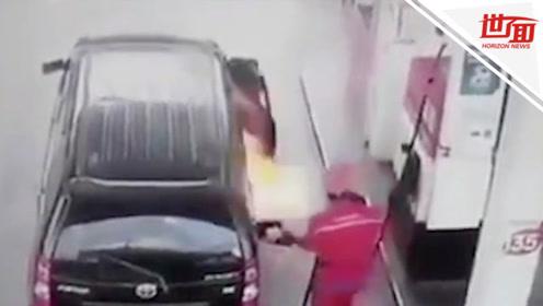 印尼一汽车加油时突然起火 司机冒生命危险坚持将车开走再跳车