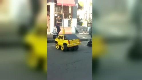 外国搞笑视频:美国街头惊现迷你汽车人,网友:这是大黄蜂的宝宝!