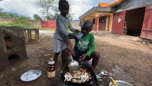 教非洲孩子炖牛排骨,居然一学就会,简直是美食小天才