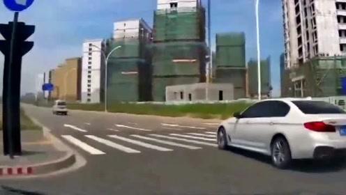 轿车老司机强行出路口,视频车师傅防不胜防,结果下秒两败俱伤