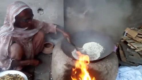 印度街头的重口味零食,大米倒入泥沙里炒一炒,不愧是开挂民族!
