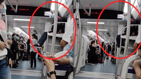 重庆一老人高坐十号线行李架,腿在空中不停地晃来晃去,车内乘客都惊呆了