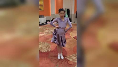 王梦瑶捉住正在后台练舞的瑶瑶,来一个独家视角,你喜欢吗?