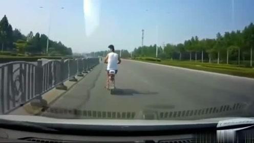 骑车男子上演S型走位!后边的车苦不堪言,不是视频谁信