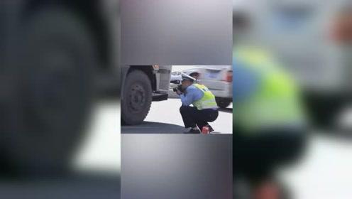 女孩骑电动车与水泥罐车相撞,被卷入车底。目击者:女孩十几岁