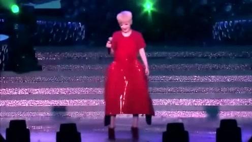 谭咏麟演唱会上,陈慧娴做嘉宾一首《谁可改变》,公主一开口便征服全场