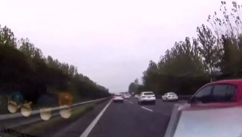 警车司机突然窜出,视频车师傅发现为时已晚,这下有好戏看了