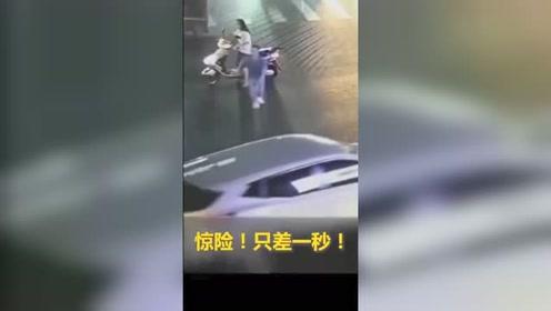 男童夜间冲进车流,被坐在电瓶车上的女子发现后,飞奔过去一把抱住
