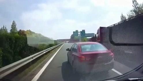 前车突然减速,视频车赶紧鸣笛提醒,好在成功躲过这惊险的一幕!