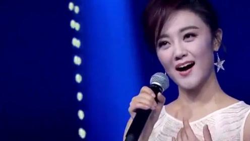 王小玮演唱《轻轻地告诉你》,歌声让人着迷,不输原唱杨钰莹