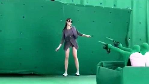 科技的力量是让人惊奇的,美女在绿布上滑行,居然是为了拍滑雪视频!