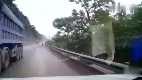 耍流氓本田越野车强行左转,视频车师傅笑了丝毫不慌往上撞