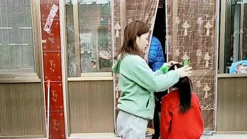 爸爸从屋里出来,没想到发现母女俩跳舞,老公直接看傻眼啊!