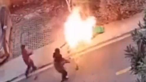点赞!垃圾桶着火差点引燃汽车,一群小孩拿饭盆端水往返奔跑救火