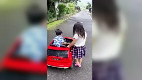 中国小朋友在日本生活,非常受日本小女孩欢迎