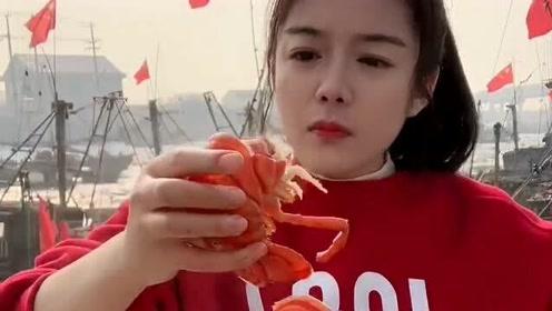 渔民妹子吃龙虾,瞧她吃得津津有味的,看得我都饿了