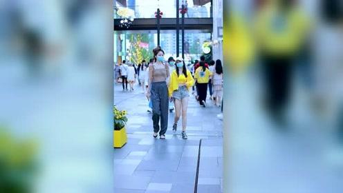 太古里街拍,高个子和矮个子的美女,走一起你更喜欢哪一位呢?