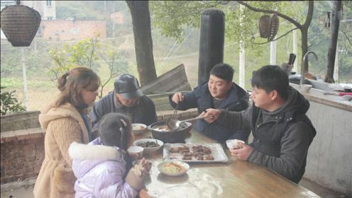 家人们今天都在家,德哥拿出腊排骨,做个又香又好吃的孜然烤排骨
