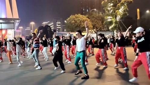 四川成都7个男子跳广场舞,女士们吓得面红耳赤,背景音乐真好听