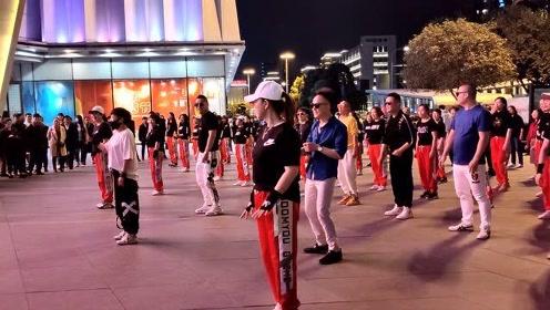 广场上的新舞,男士跳起来感觉非常轻松自在,背景音乐真好听