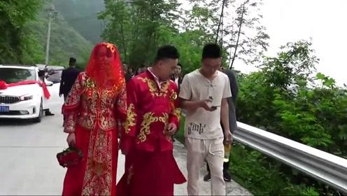 湖北一帅哥迎亲,带着新娘走路进家,配的这首歌曲太好听了