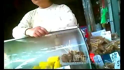 【拍客】小学周边商铺兜售刮刮彩专骗孩子钱财