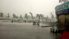 狂风暴雨强袭北京 飞雨连成线泛起阵阵水雾