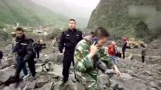 直击四川新磨村多户被滑坡掩埋 碎石绵延数公里河道被阻