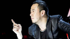 从电焊工转型歌手到三十二场演唱会,成名后嘲笑刀郎,如今处境尴尬