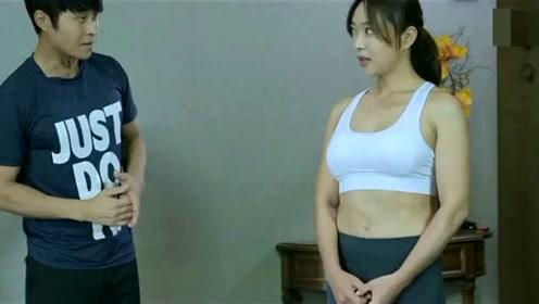 美女在家,请男教练老家里练瑜伽了