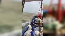 渔船在大海中乘风破浪摇摇欲坠,老渔民早已习以为常