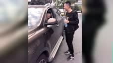 帅哥这样擦车收费,没有想到司机朋友更是技高