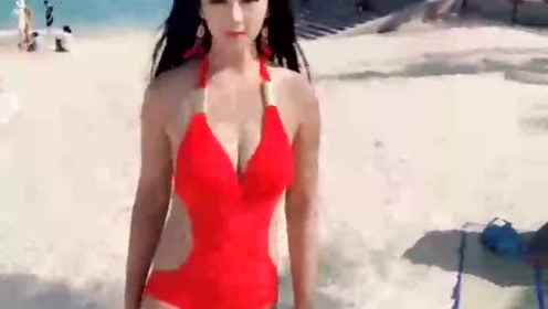 美女红色比基尼沙滩自拍,看完小心流鼻血